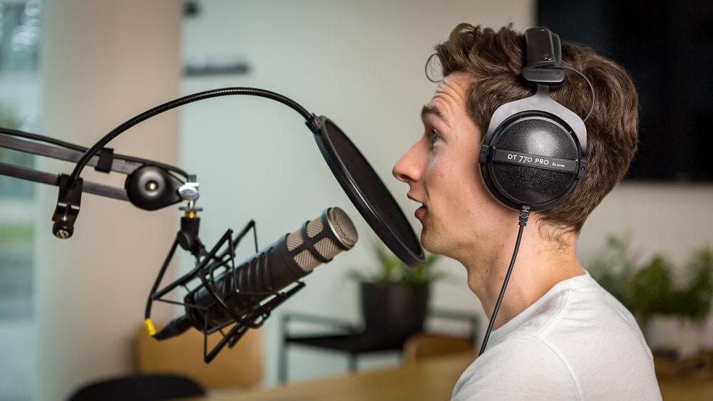 Person bei einer Podcastproduktion